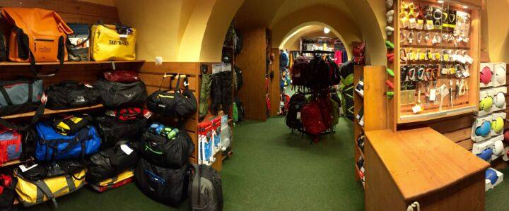 Utazótáskák és mászóeszközök széles választéka az emeleten