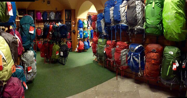 Az emeleten a hátizsákok dominálnak: Osprey, The North Face, Vaude hátizsákokkal várjuk vásárlóinkat
