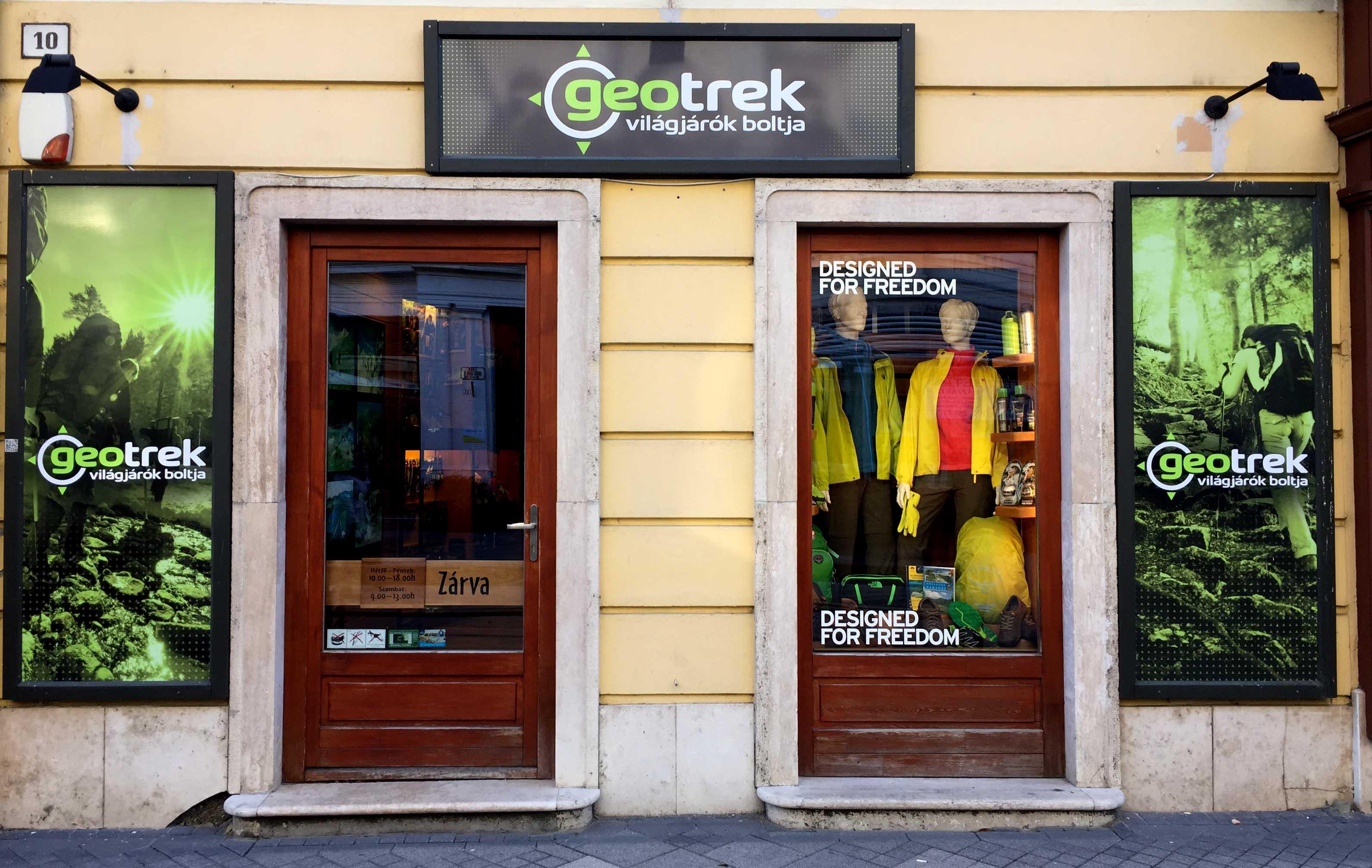 A Geotrek világjárók boltjának bejárata egy kis túraboltot sejtet, ám a látszat csal